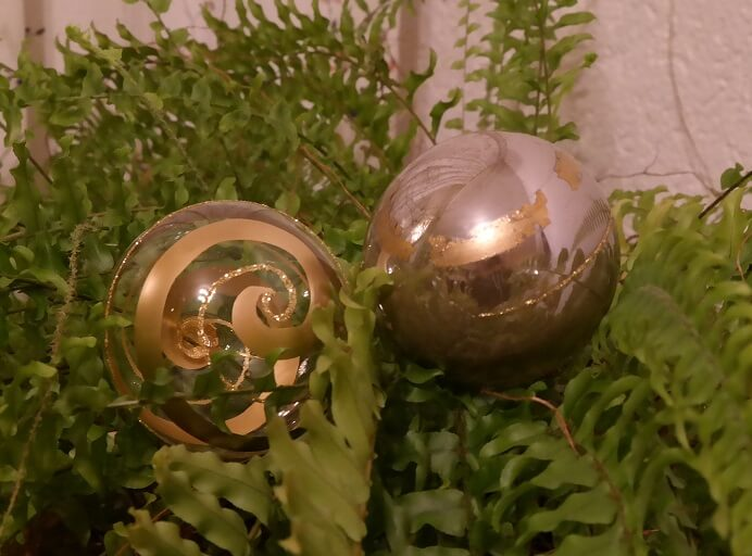 Christbaumkugel mit und ohne Silberspiegel