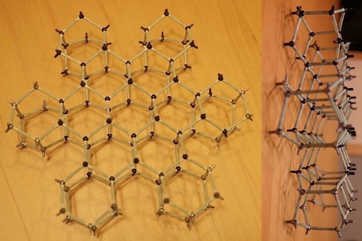 """Molekülbaukasten: Modell eines Schnee-Kristalls aus 92 """"Wassermolekülen"""" und 120 Verbindungsstücken"""