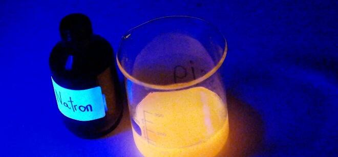 Experimente: Kompontenten des Leuchtvulkans unter UV-Licht