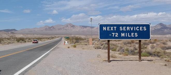 Strasse ins Death Valley: Die nächsten 116 Kilometer gibt es weder Sprit noch Wasser noch Werkstatt!