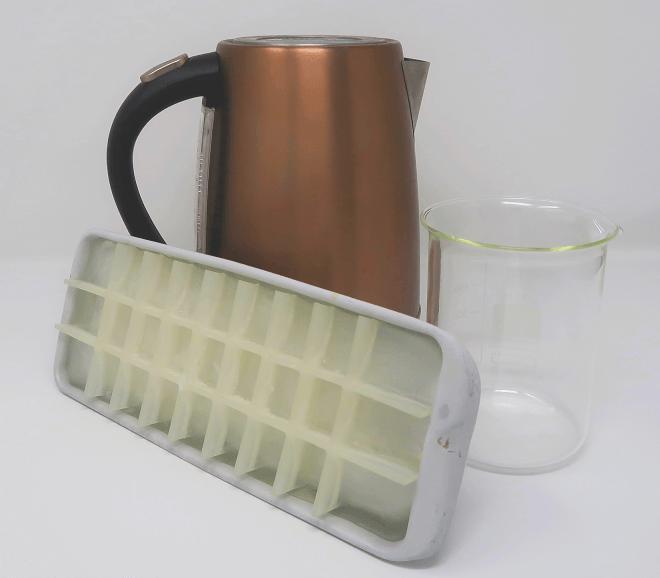 Schnellkocher mit Wasser, Glas, Schale mit Eiswürfeln: Mehr brauch ihr nichts fürs Experiment!