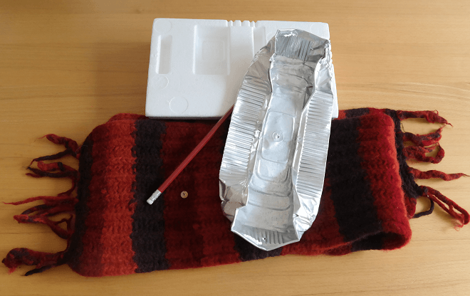 Damit könnt ihr eure eigenen Blitze machen: Styropor, Aluminium-Schale, Wollschal, Bleistift und Reisszwecke