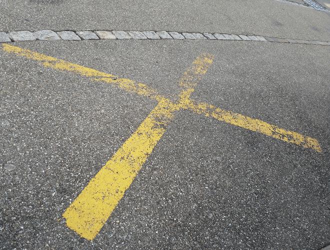Abgenutzte Parkverbot-Markierung in der Schweiz